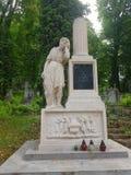 Paysage La crypte antique de la pierre blanche Il y a une statue d'un type qui a fermé ses yeux avec une main et penchés sur son  Photos stock