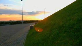 Paysage, lever de soleil ou coucher du soleil vert d'été de pré banque de vidéos