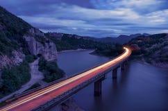 Paysage magnifique, nightscape avec des tra?n?es de lumi?re et le ph?nom?ne de roche le balkan de roches merveilleuses, Bulgarie photographie stock libre de droits