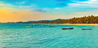 Paysage marin au temps de coucher du soleil Beau paysage de l'ocea indien Image stock