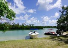 Paysage marin avec de l'eau turquoise au jour ensoleillé Photos stock