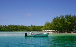 Paysage marin avec de l'eau turquoise au jour ensoleillé Image stock