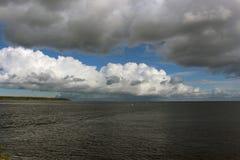 Paysage marin avec des cumulus photographie stock libre de droits