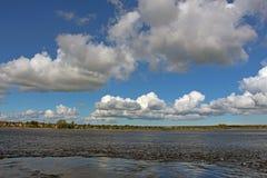 Paysage marin avec des cumulus photographie stock