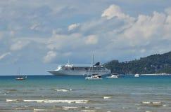 Paysage marin avec des revêtements et des yachts Images stock