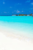 Paysage marin avec des vagues de roulement sur une plage sablonneuse et des bateaux, Maldives image stock