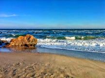 Paysage marin avec des vagues et des roches côtières Photos libres de droits