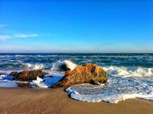 Paysage marin avec des vagues et des roches côtières Photographie stock libre de droits