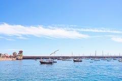 Paysage marin avec des yachts, des mouettes et le ciel Castro-Urdiales l'espagne Photo stock