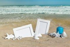 Paysage marin avec deux cadres de photo sur le sable de plage Images libres de droits