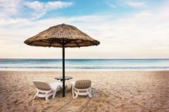 Paysage marin avec deux chaises longues Image libre de droits