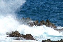 Paysage marin avec heurter les mers agitées sur les roches Image libre de droits