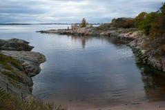Paysage marin avec la côte en pierre Images stock