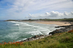 Paysage marin avec la ligne côtière : plage, ondes, ciel bleu photographie stock libre de droits