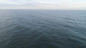 Paysage marin avec la mer bleu-foncé avec de petites vagues, horizon, et ciel nuageux projectile Antenne pour la mer calme ou l'o banque de vidéos