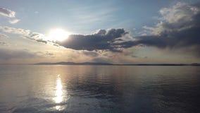Paysage marin avec la mer calme de miroir refl?tant le ciel clips vidéos