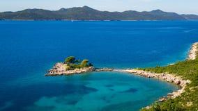 Paysage marin avec la petite île près de Dubrovnik photos stock