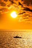 Paysage marin avec le bateau au coucher du soleil photographie stock libre de droits