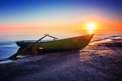 Paysage marin avec le bateau de pêche Image libre de droits