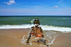 Paysage marin avec le brise-lames Photos stock