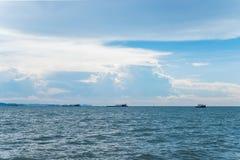 Paysage marin avec le ciel bleu et les bateaux Image stock