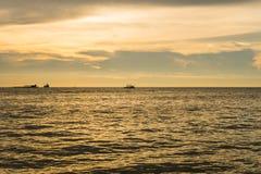 Paysage marin avec le coucher du soleil scénique et les bateaux Photos stock