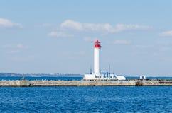 Paysage marin avec le phare dans le port d'Odesa Photographie stock