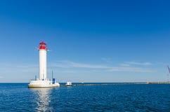 Paysage marin avec le phare dans le port d'Odesa Photographie stock libre de droits
