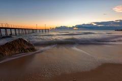 Paysage marin avec le pont et la roche Photos stock