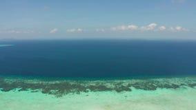 Paysage marin avec le récif coralien et l'atoll en mer bleue Balabac, Palawan, Philippines banque de vidéos