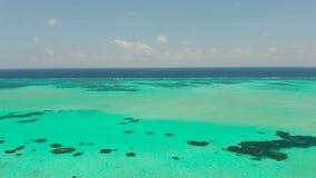 Paysage marin avec le récif coralien et l'atoll en mer bleue Balabac, Palawan, Philippines clips vidéos