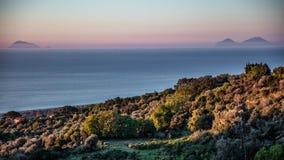 Paysage marin avec les îles éoliennes images stock
