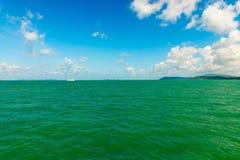 Paysage marin avec les îles vertes sur l'horizon Images libres de droits