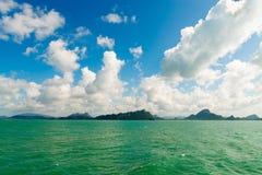 Paysage marin avec les îles vertes sur l'horizon Photographie stock libre de droits