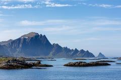 Paysage marin avec les montagnes Images stock