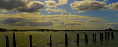 Paysage marin avec les nuages dramatiques Port de Bosham Le Sussex occidental, l'anglais image libre de droits