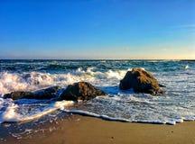 Paysage marin avec les roches côtières et le ciel bleu Images stock