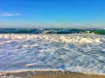 Paysage marin avec les vagues et la mousse Photographie stock libre de droits