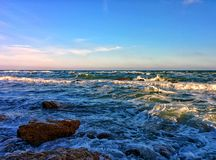 Paysage marin avec les vagues et le ciel bleu Image libre de droits