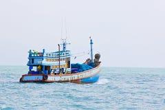 Paysage marin avec un bateau dans des couleurs bleues Images libres de droits