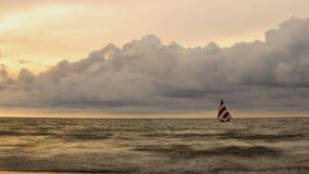 Paysage marin avec un petit bateau à voile photos libres de droits