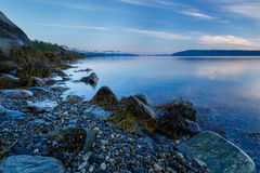 Paysage marin avec un rivage pierreux Image stock