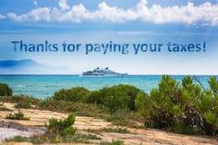 Paysage marin avec un yacht moderne l'inscription sur le fond images libres de droits