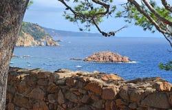 Paysage marin avec une île en mer Photos libres de droits
