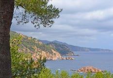 Paysage marin avec une île en mer et les montagnes le long du c Photo stock
