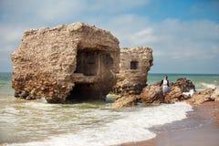Paysage marin avec une partie de vieux forts démolis Photo stock