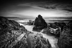 Paysage marin côtier avec des écoulements d'océan Photographie stock libre de droits