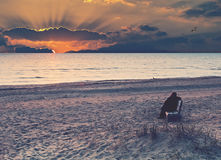 Paysage marin côtier au coucher du soleil coloré image libre de droits