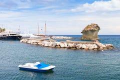 Paysage marin côtier de Lacco Ameno, île d'ischions Image stock
