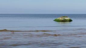 Paysage marin calme avec des pierres banque de vidéos